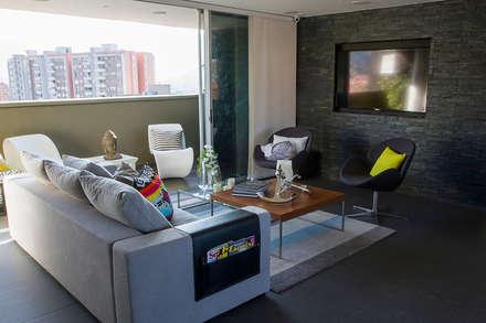 Casa Restrepo: Salas de estilo moderno por Maria Mentira Studio