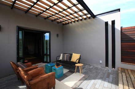 Hotel Dos Casas en San Miguel de Allende: Terrazas de estilo  por Germán Velasco Arquitectos