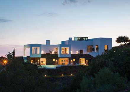 Los Altos de Marbella: Casas de estilo mediterráneo de Yeregui Arquitectos
