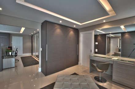 Closet: Closets modernos por Pauline Kubiak Arquitetura