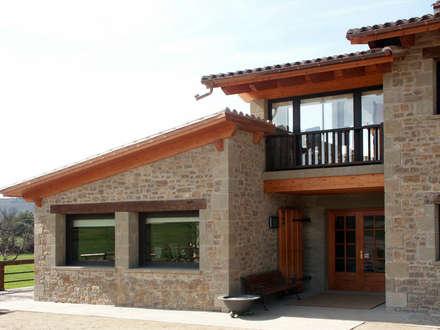 VENTANAS Y PUERTA ENTRADA: Puertas y ventanas de estilo rural de RIBA MASSANELL S.L.