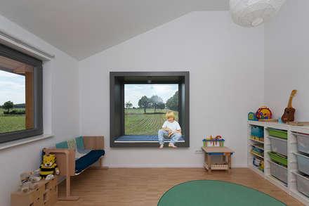 Sitzfenster: moderne Kinderzimmer von gondesen architekt