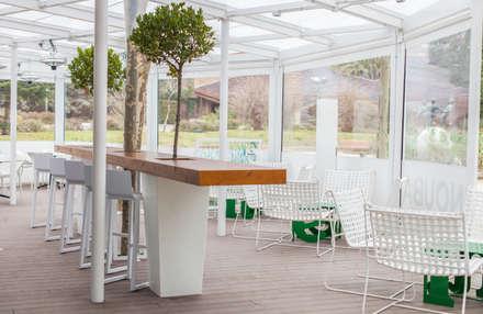 Barra central decorativa: Bares y Clubs de estilo  de MUDEYBA S.L.