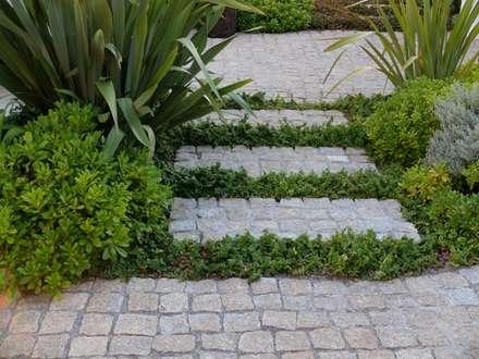 Jardim em meio rural: Jardins ecléticos por Atelier Jardins do Sul