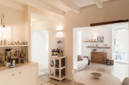 La cucina e la zona giorno: Soggiorno in stile in stile Mediterraneo di Stefano Ferrando