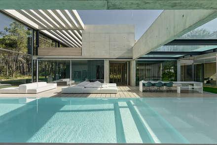 minimalistic Pool by guedes cruz arquitectos