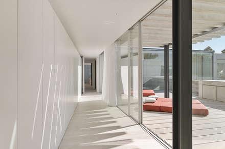 The Wall House: Closets minimalistas por guedes cruz arquitectos