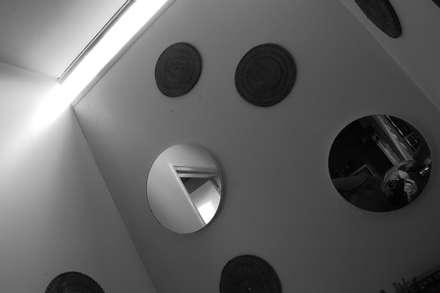 Circulos, texturas y luz: Baños de estilo industrial por Guadalupe Larrain arquitecta