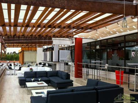 Terraza - Bar Serrezuela Country Club: Bares y discotecas de estilo  por Esbozo Taller de Arquitectura SAS