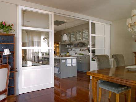 Comedor relacionado con la cocina por la puerta en cristalera: Cocinas de estilo ecléctico de DEULONDER arquitectura domestica