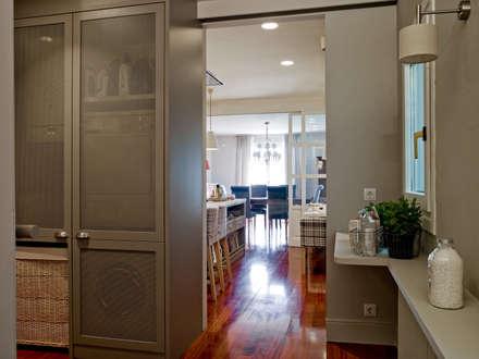 Lavadero en armonía con el mobiliario de la cocina: Cocinas de estilo ecléctico de DEULONDER arquitectura domestica