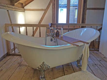Kunden-Badezimmer mit der Nostalgie-Badewanne Edinburgh: landhausstil Badezimmer von Maxxwell AG