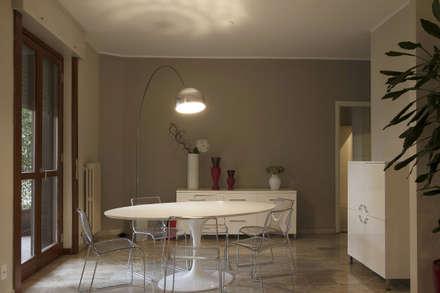 SFUMATURE TORTORA: Sala da pranzo in stile in stile Moderno di CPstudio46