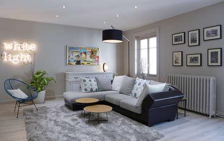 Un salon gris perle et bleu pétrole: Salon de style de style Moderne par Skéa Designer