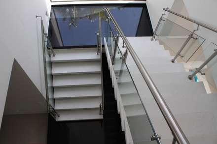 Vista en planta seccion escalera principal.: Casas de estilo moderno por Camilo Pulido Arquitectos