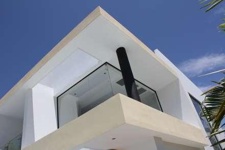 Detalle arquitectonico perteneciente a ventana esquinera doble altura salon.: Casas de estilo moderno por Camilo Pulido Arquitectos