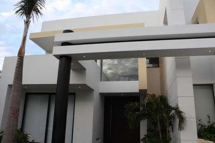 Detalle arquitectonico ubicado en la fachada principal : Casas de estilo moderno por Camilo Pulido Arquitectos