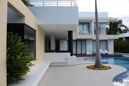 Vista fachada Posterior.: Casas de estilo moderno por Camilo Pulido Arquitectos