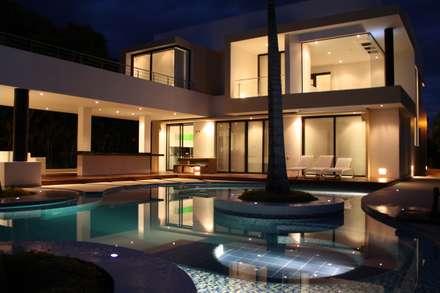 Vista nocturna estar piscina.: Piscinas de estilo moderno por Camilo Pulido Arquitectos