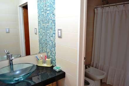 CASA A PATIO : Baños de estilo moderno por epb arquitectura