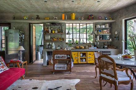 Casa Campo / Ateliê - Vale das Videiras: Cozinhas modernas por Carlos Salles Arquitetura e Interiores