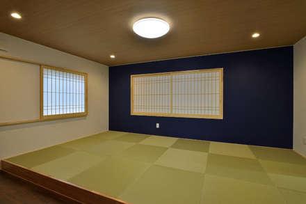 大きな開口から四季の移ろいを楽しむ家: 丸喜株式会社齋藤組が手掛けた寝室です。