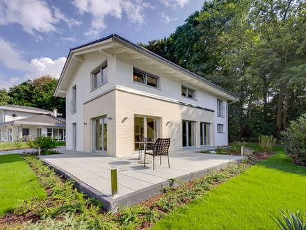 Musterhaus Bad Vilbel 142: moderne Häuser von Licht-Design Skapetze GmbH & Co. KG