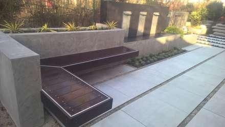 moderne Terrasse mit Wasserfall, Sitzbank und Treppenstufen: moderner Garten von Neues Gartendesign by Wentzel