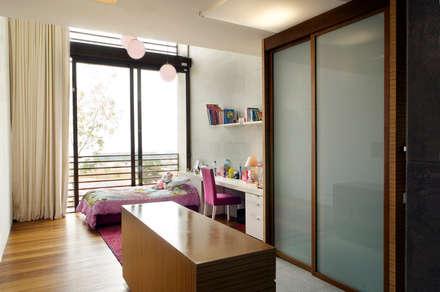 Casa LB : Recámaras de estilo moderno por Serrano Monjaraz Arquitectos