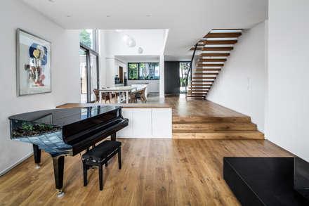 Wohnhaus Köln Junkersdorf: moderne Wohnzimmer von Corneille Uedingslohmann Architekten
