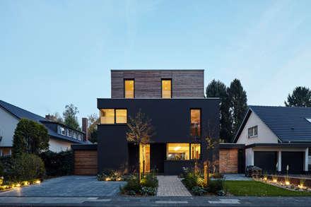 Wohnhaus Köln Junkersdorf: moderne Häuser von Corneille Uedingslohmann Architekten
