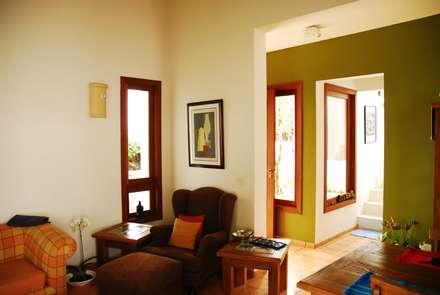 Residência Condomínio Cafezal: Salas de estar ecléticas por Mônica Mellone Arquitetura