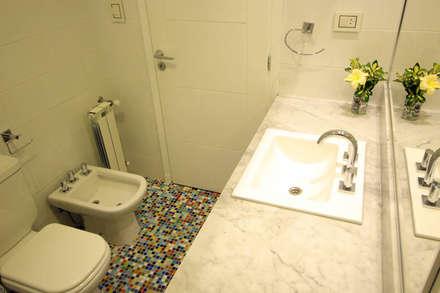 Casa Storni: Baños de estilo minimalista por Queixalós.Trull Arquitectos