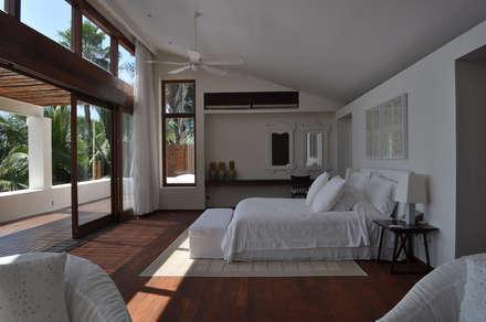 Casa Lunamar: Recámaras de estilo moderno por José Vigil Arquitectos