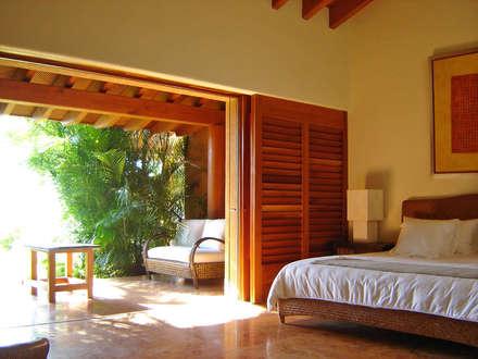 Camera da letto in stile in stile Tropicale di José Vigil Arquitectos
