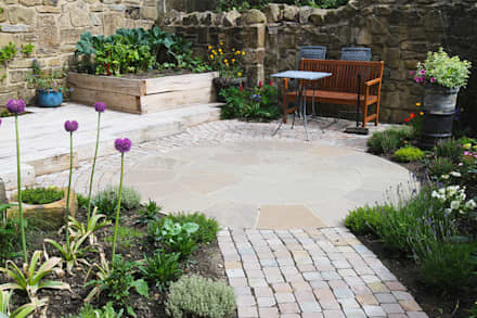 Contemporary Cottage Garden: rustic Garden by J B Landscapes LTD