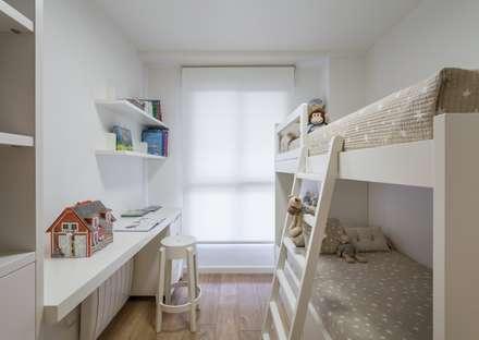 Divertida litera a medida para los peques de la casa: Dormitorios infantiles de estilo moderno de Laura Yerpes Estudio de Interiorismo