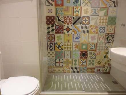 APARTAMENTO EM COPACABANA - CORTE DE CANTAGALO: Banheiros modernos por Maria Helena Torres Arquitetura e Design