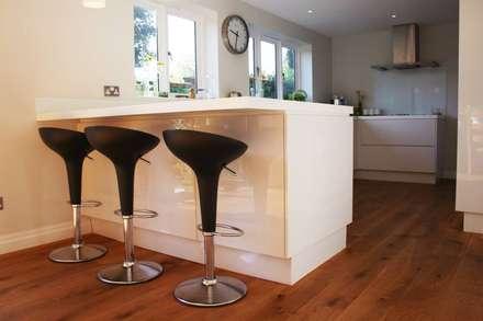 A modern kitchen refit: modern Kitchen by Redesign