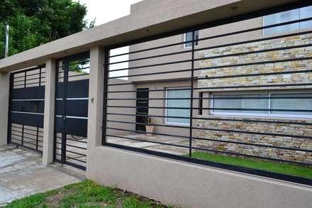 Cerramiento sobre la calle: Casas de estilo moderno por epb arquitectura