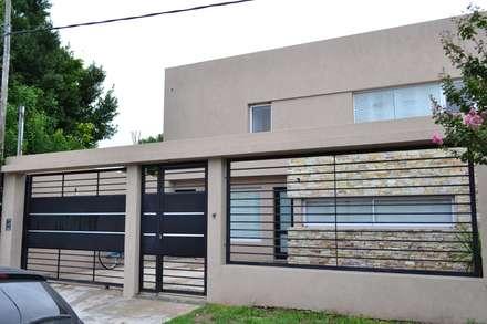 Frente : Casas de estilo moderno por epb arquitectura