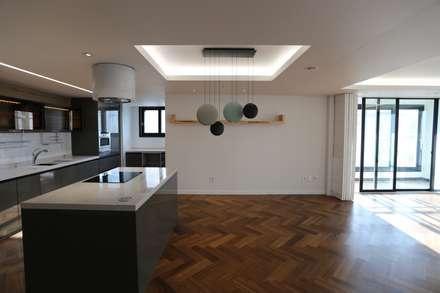 성주동 프리빌리지2차: 디자인세븐의  다이닝 룸