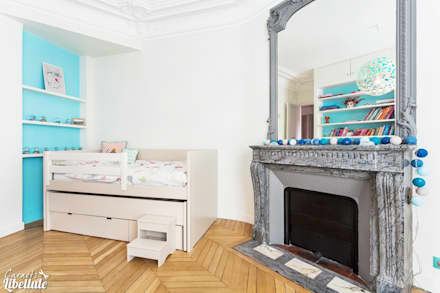 Girl's Bedroom in Paris: Chambre d'enfant de style de style Moderne par Carnets Libellule