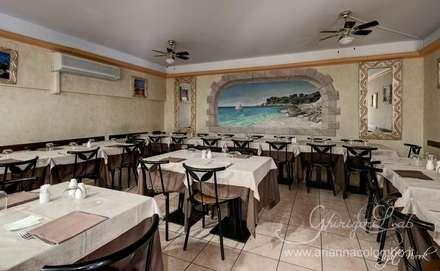 Saletta con trompe l'oeil con paesaggio pugliese e paranza: Negozi & Locali commerciali in stile  di Ghirigori Lab di Arianna Colombo
