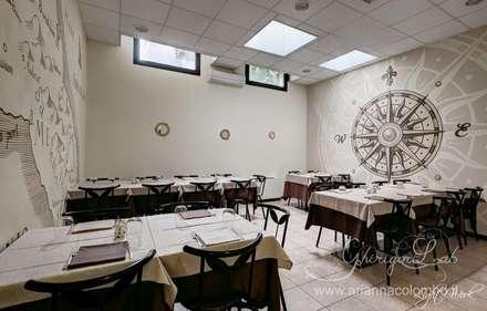 La saletta con rosa dei venti e mappa antica della Puglia : Negozi & Locali commerciali in stile  di Ghirigori Lab di Arianna Colombo