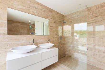 Centenas de aplicações disponíveis.: Casas de banho modernas por Glassinnovation - Glass'IN
