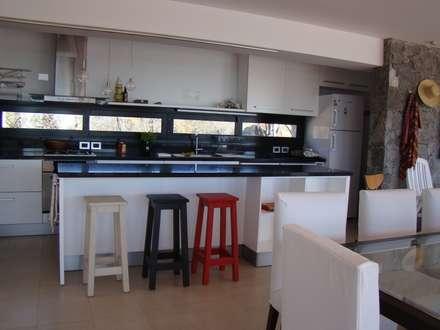 Port Ligat: Cocinas de estilo moderno por Estudio Monica Fiore