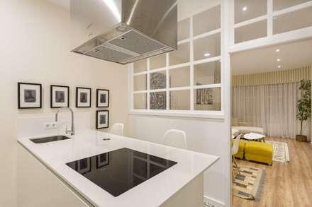 VIVIENDA EN CENTRO A CORUÑA: Cocinas de estilo moderno de GESTION INTEGRAL DE PROYECTOS DEL NOROESTE S.L.
