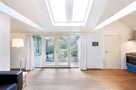 Het zonlicht valt zo naar binnen en is af te schermen.: landelijke Woonkamer door Architectenbureau Vroom