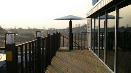 은퇴부부를 위해 지은 2층 컨테이너 카페주택: 신짱 칼라하우스의  발코니, 베란다 & 테라스